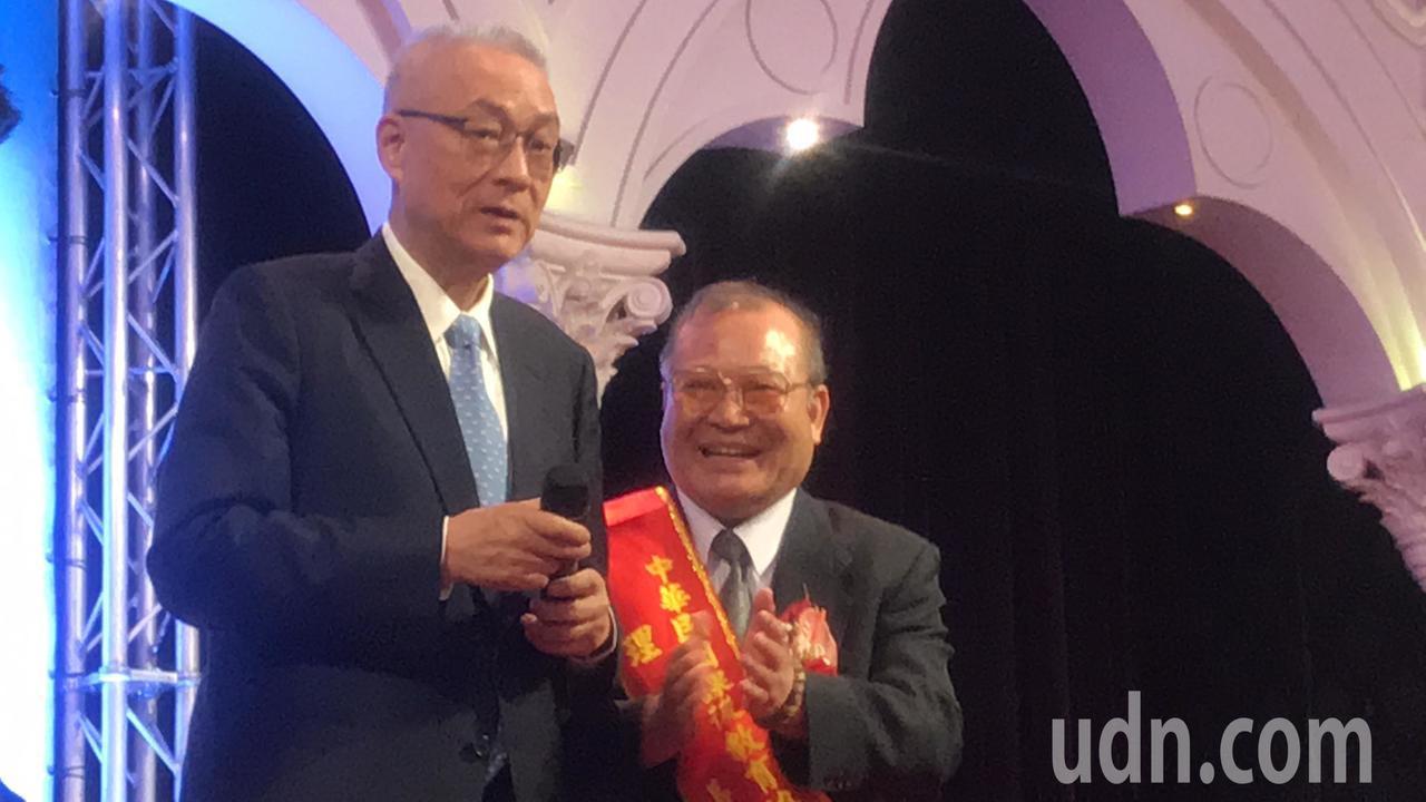國民黨主席吳敦(左)義參加補教團體大會,致詞笑稱最怕被叫吳前(無錢)副總統。記者...