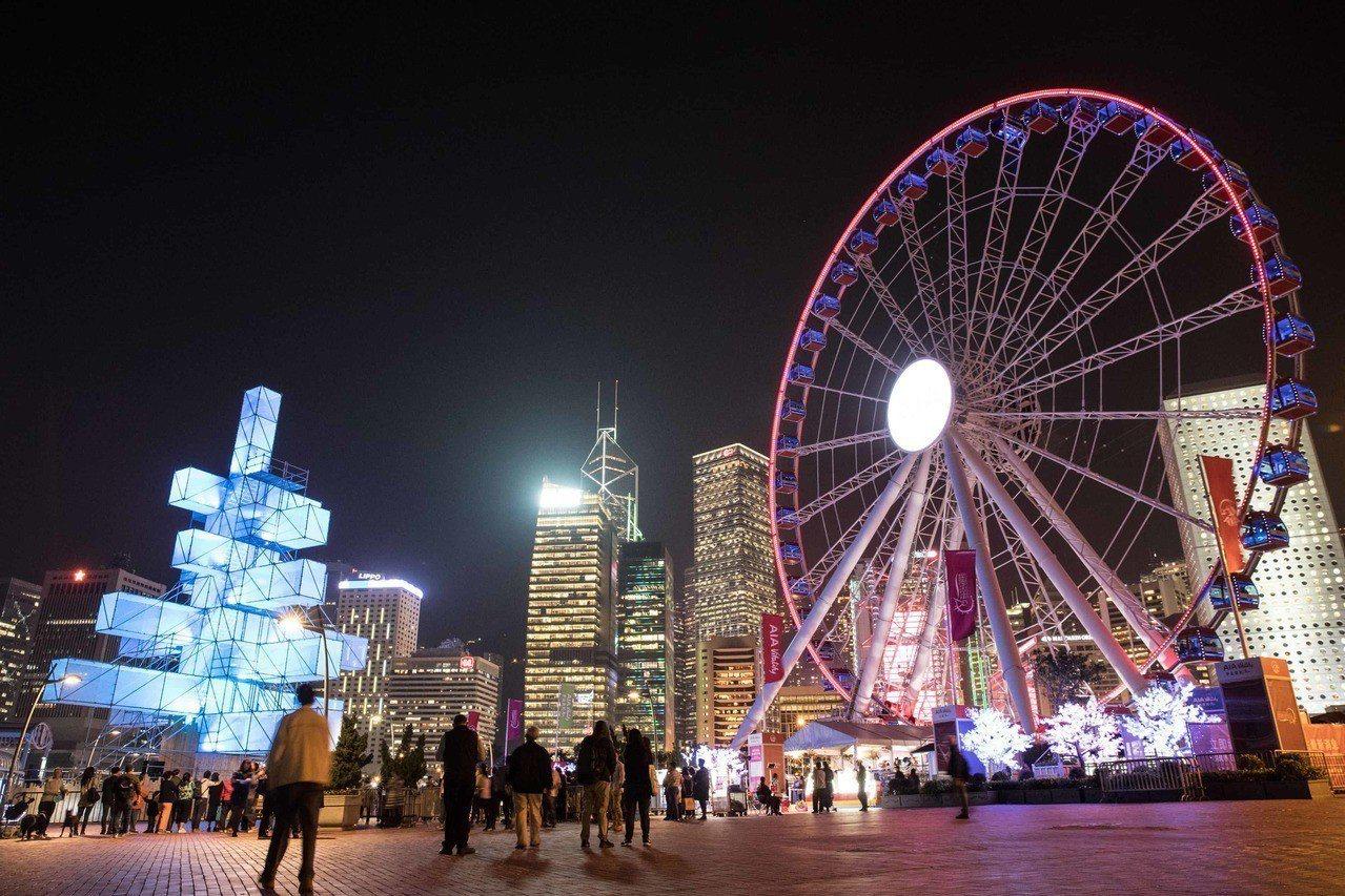 香港摩天輪旁《魔方樹》是法國創作團隊1024 Architecture對聖誕樹的...