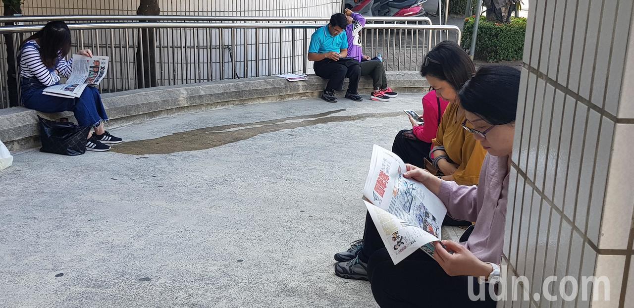 聯合盃作文大賽 南區決賽現場分贈家長好讀週報,家長都搶著閱讀,覺得內容不錯 記者...
