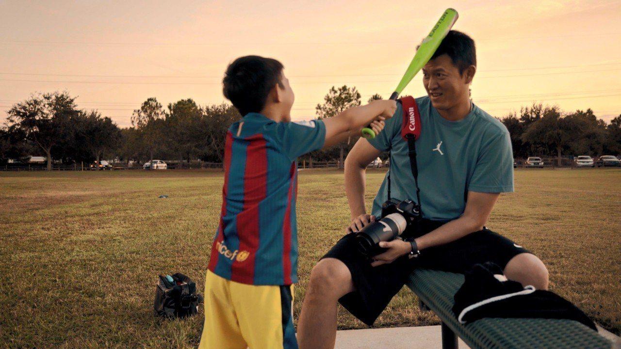 王建民和小孩互動,常因球季開打錯過相處機會。圖/WYC影視提供