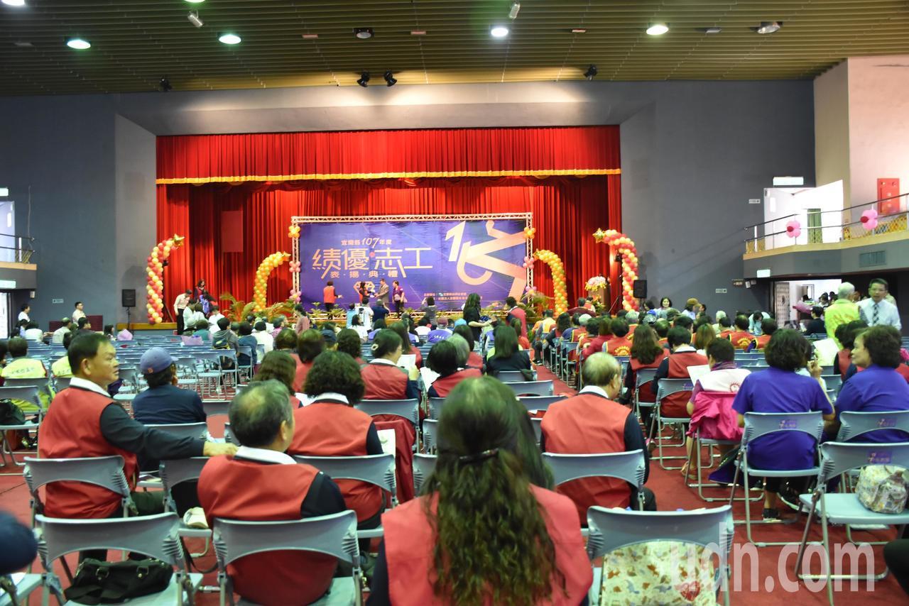 宜蘭縣政府今天在宜蘭縣立體育館,舉行107年度績優志工表揚典禮,共有170位受獎...
