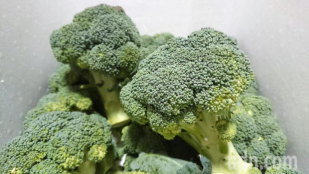農民表示,每箱30朵青花菜若只賣200餘元,完全不賺錢。記者卜敏正/攝影