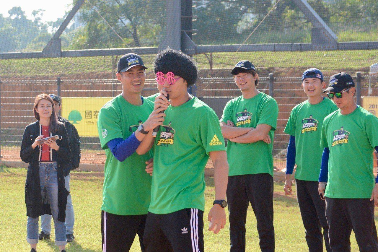 陳偉殷棒球訓練營舉行變裝跑壘大賽,王維中戴上假髮跑壘。記者蘇志畬/攝影