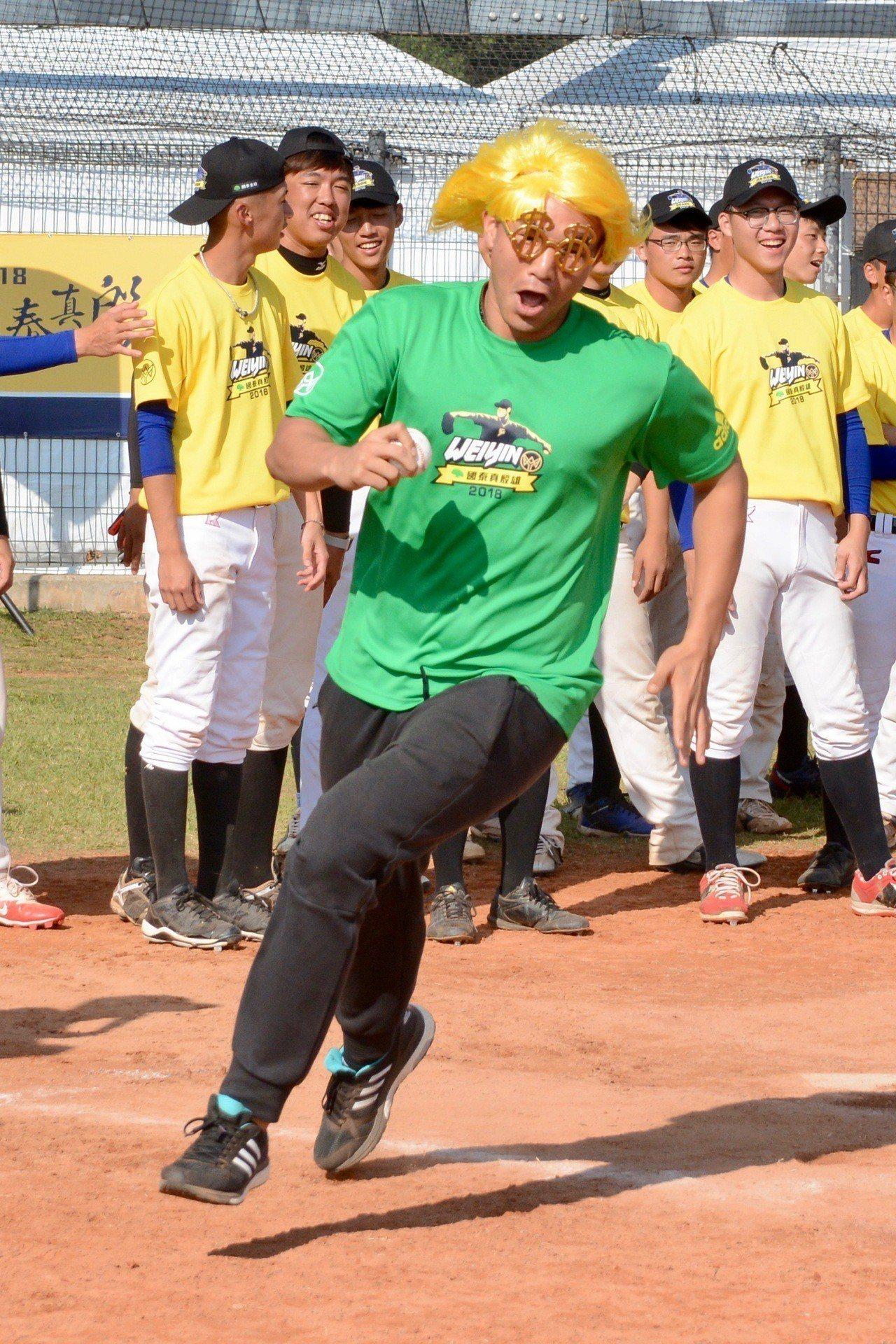 陳偉殷棒球訓練營舉行變裝跑壘大賽,曾仁和戴上假髮跑壘。記者蘇志畬/攝影