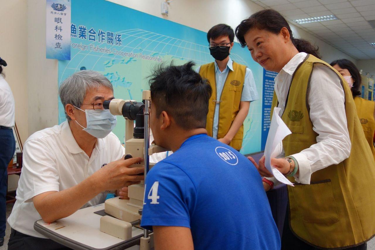 眼科醫生替外籍移工檢查眼睛健康。圖/慈濟基金會提供