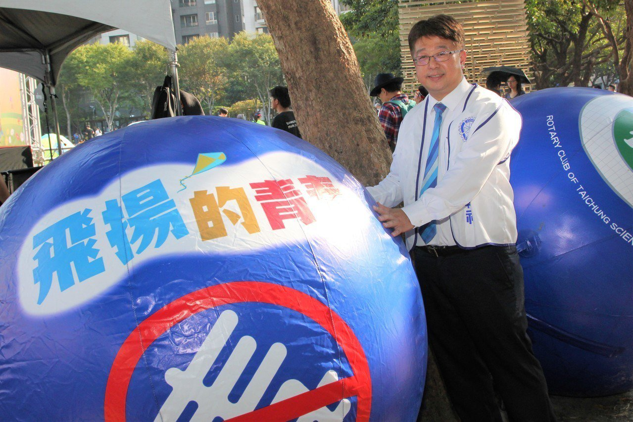 台中市中科扶輪社今天在市民廣場舉辦「飛揚的青春-拒絕毒品」的反毒公益活動,社長、...