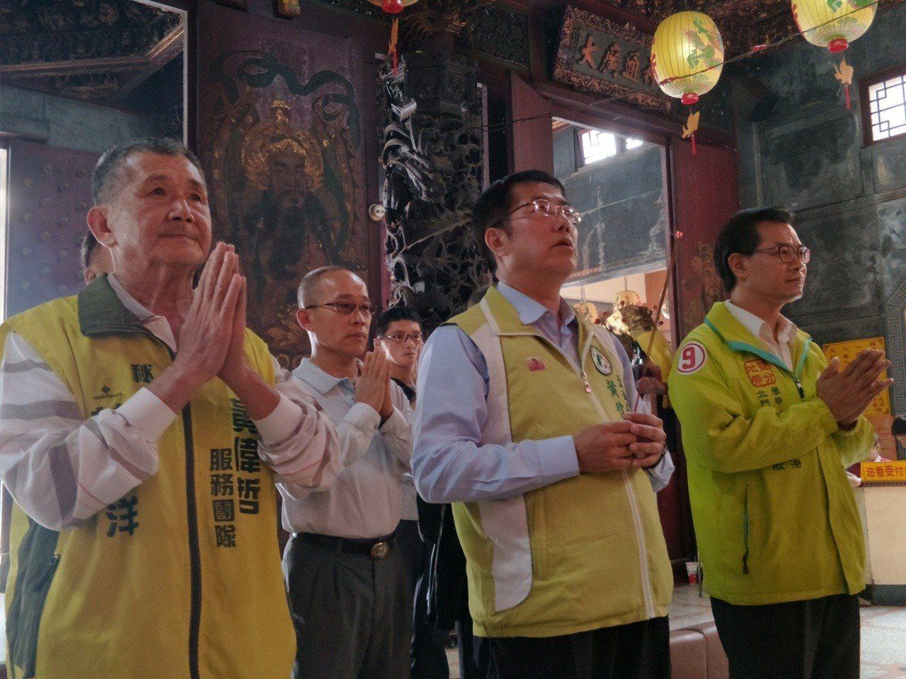 準台南市長黃偉哲下午前往西港慶安宮上香,隨後進行最後一波謝票。記者謝進盛╱攝影