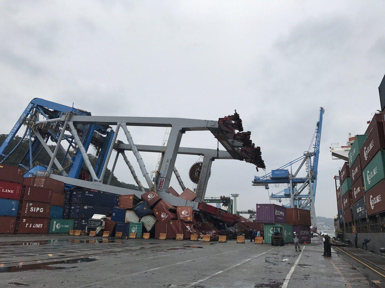今年初,德國籍「梅爾斯」號貨櫃輪,撞翻基隆港東11號碼頭造價2億元橋式機,底下1...