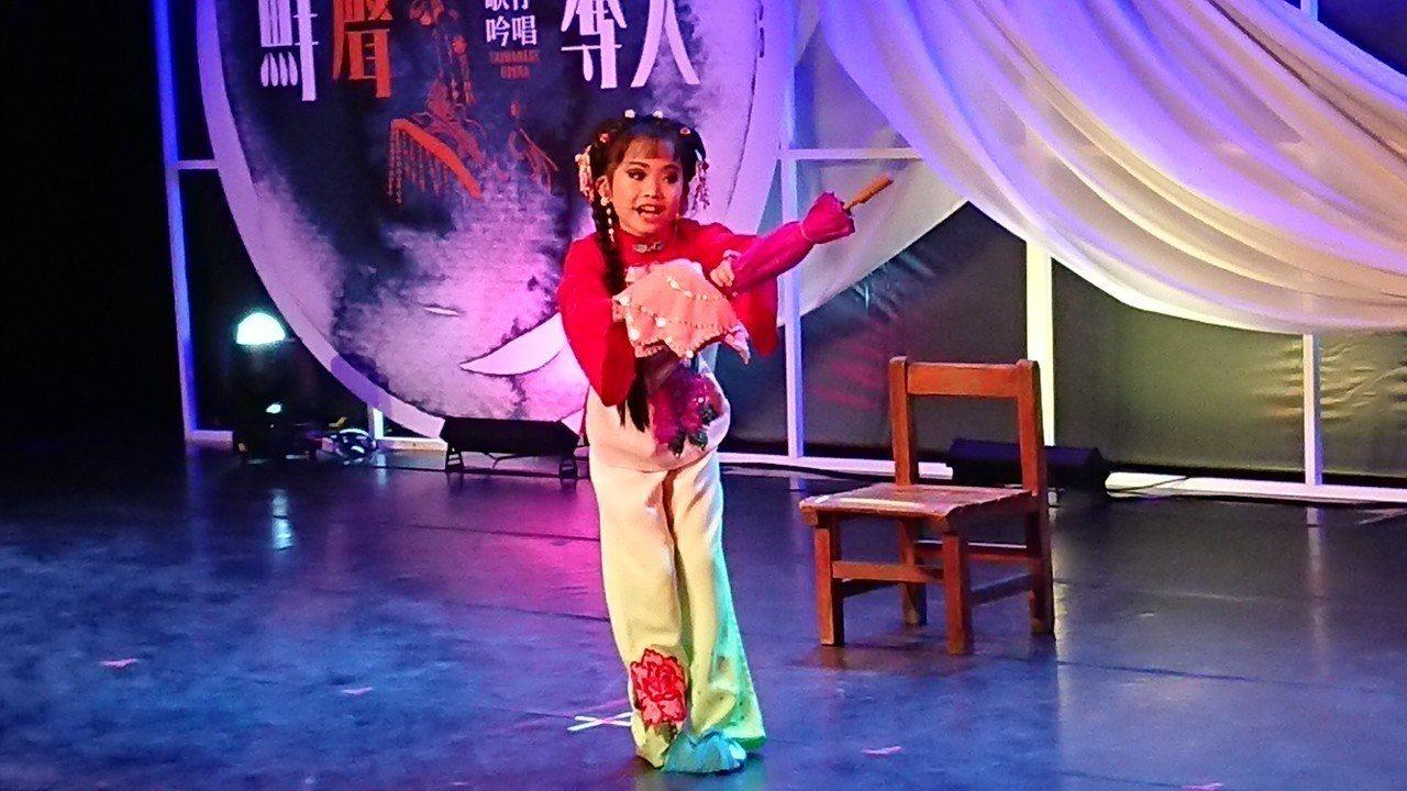 8歲的潘柔軒從幼稚園中班就愛看歌仔戲,覺得服裝和唱腔都美,她挑戰在吟唱曲目中一人...