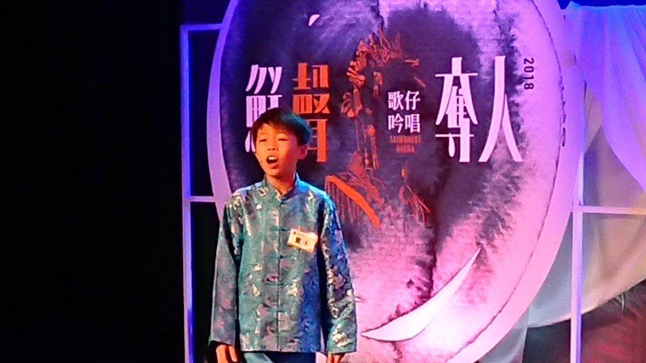 閩南語小歌手蔡承融去年轉戰歌仔戲,參加首屆吟唱賽就奪得亞軍及最佳評審團獎,今年他...
