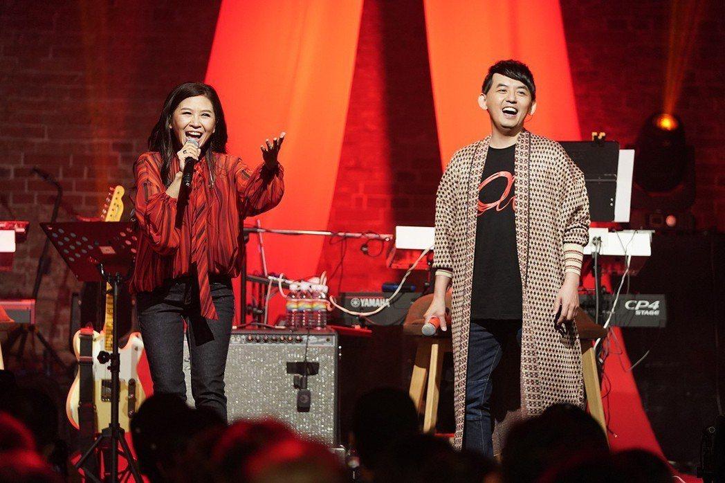 黃子佼(右)與馬毓芬一起參加「愛之日常演唱會」。圖/祈菩行文化提供