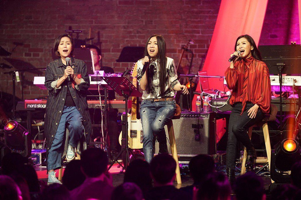 馬毓芬(右起)、萬芳一起參加「愛之日常演唱會」。圖/祈菩行文化提供