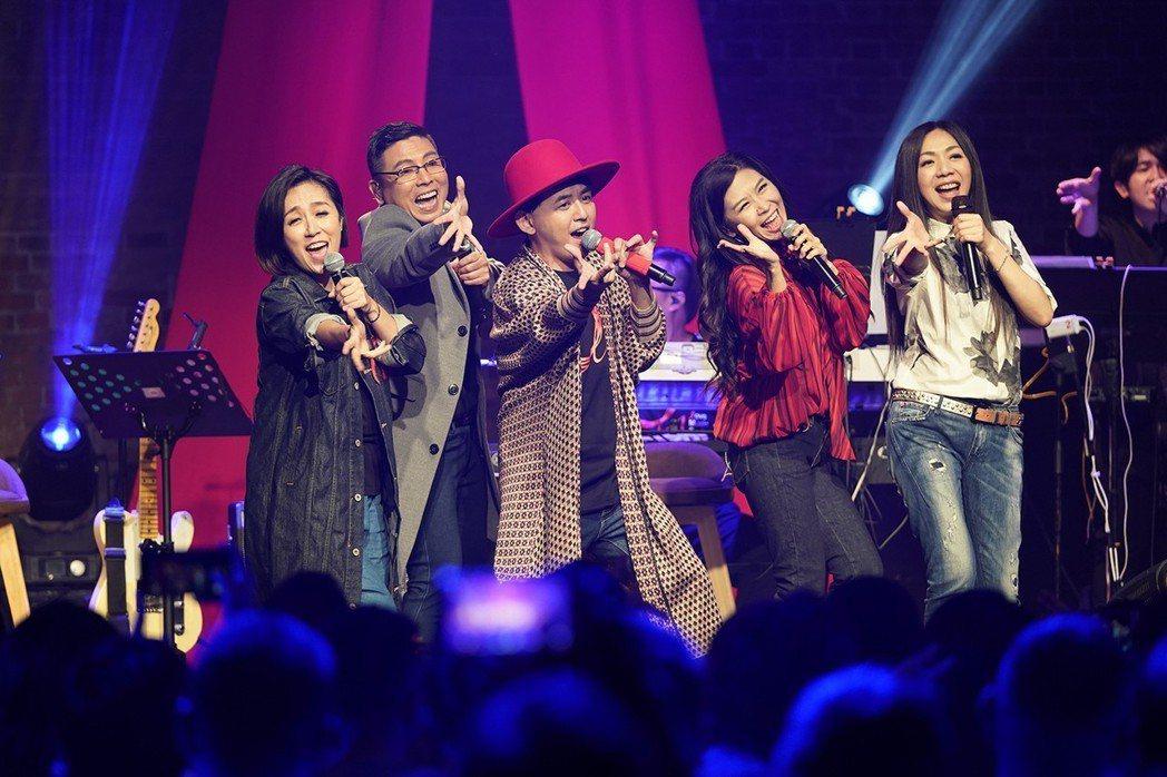黃子佼(中)與群星一起出席「愛之日常演唱會」。圖/祈菩行文化提供
