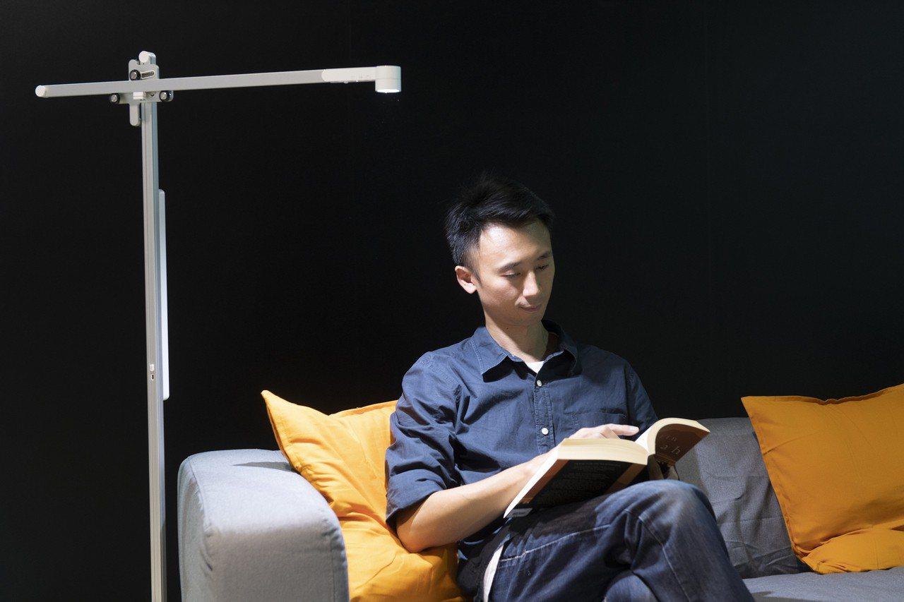 Dyson Lightcycle枱燈可根據當地日光條件持續調節色溫和亮度。圖/恆...