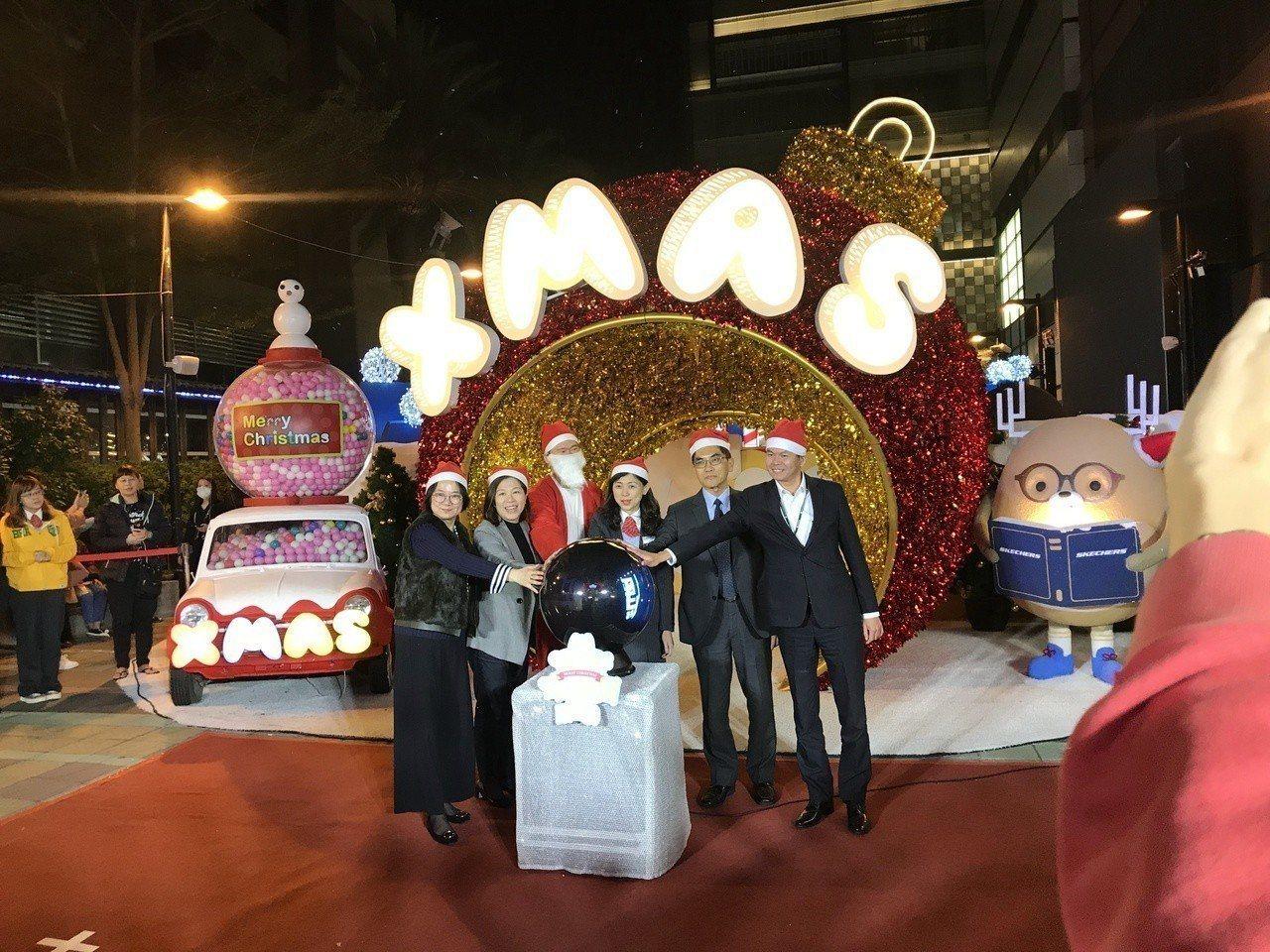 新光三越台南新天地都會發揮創意打造耶誕城,今年在西門廣場打造夢幻大型裝置藝術「耶...