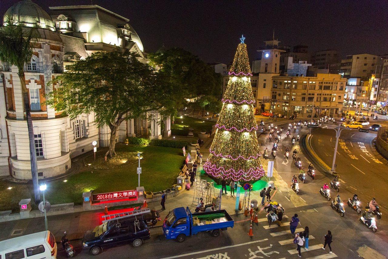 台灣文學館舉辦2018台南耶誕燈節,點燈後也象徵台南市區邁入耶誕月。圖/台南旅遊...
