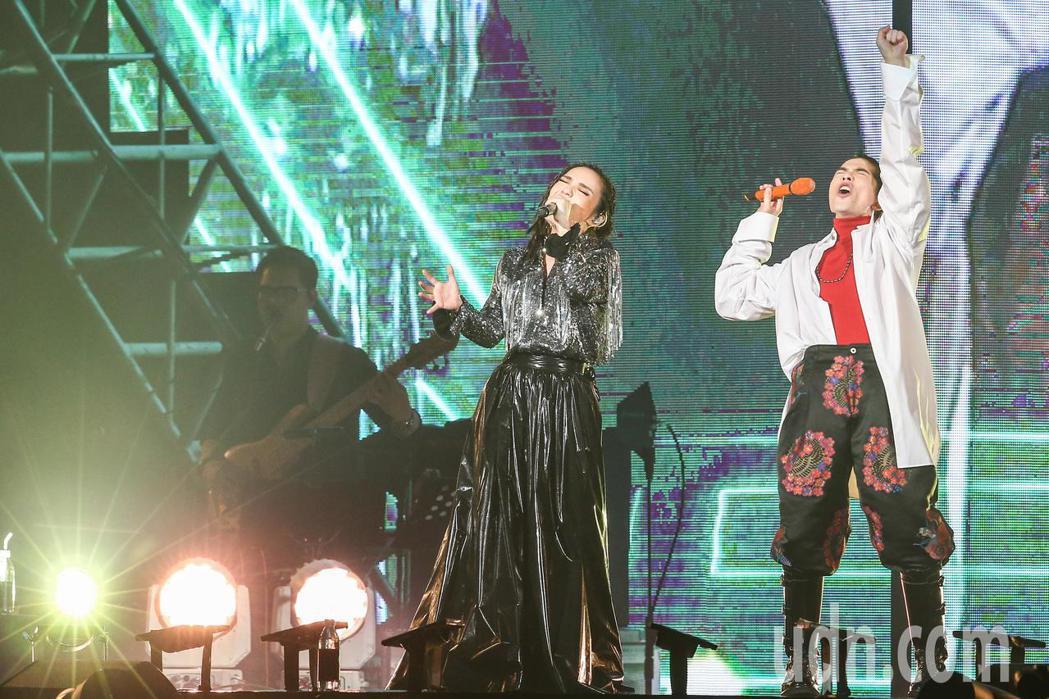 金曲歌后徐佳瑩(左)下午在小巨蛋繼續開唱,連續兩天舉辦《2018是日救星旗艦返航...