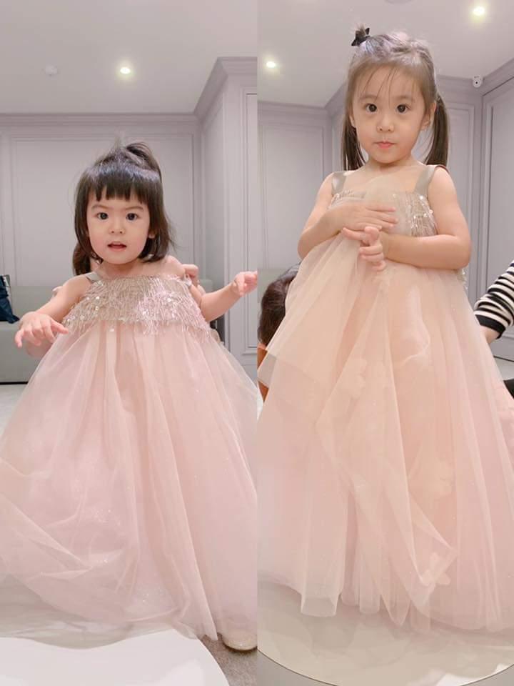 咘咘與Bo妞試穿小禮服。圖/摘自臉書