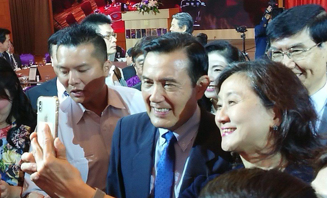 前總統馬英九(左二)2日出席國防醫學院南區校友會時表示,一到高雄就感覺氣氛很熱,...