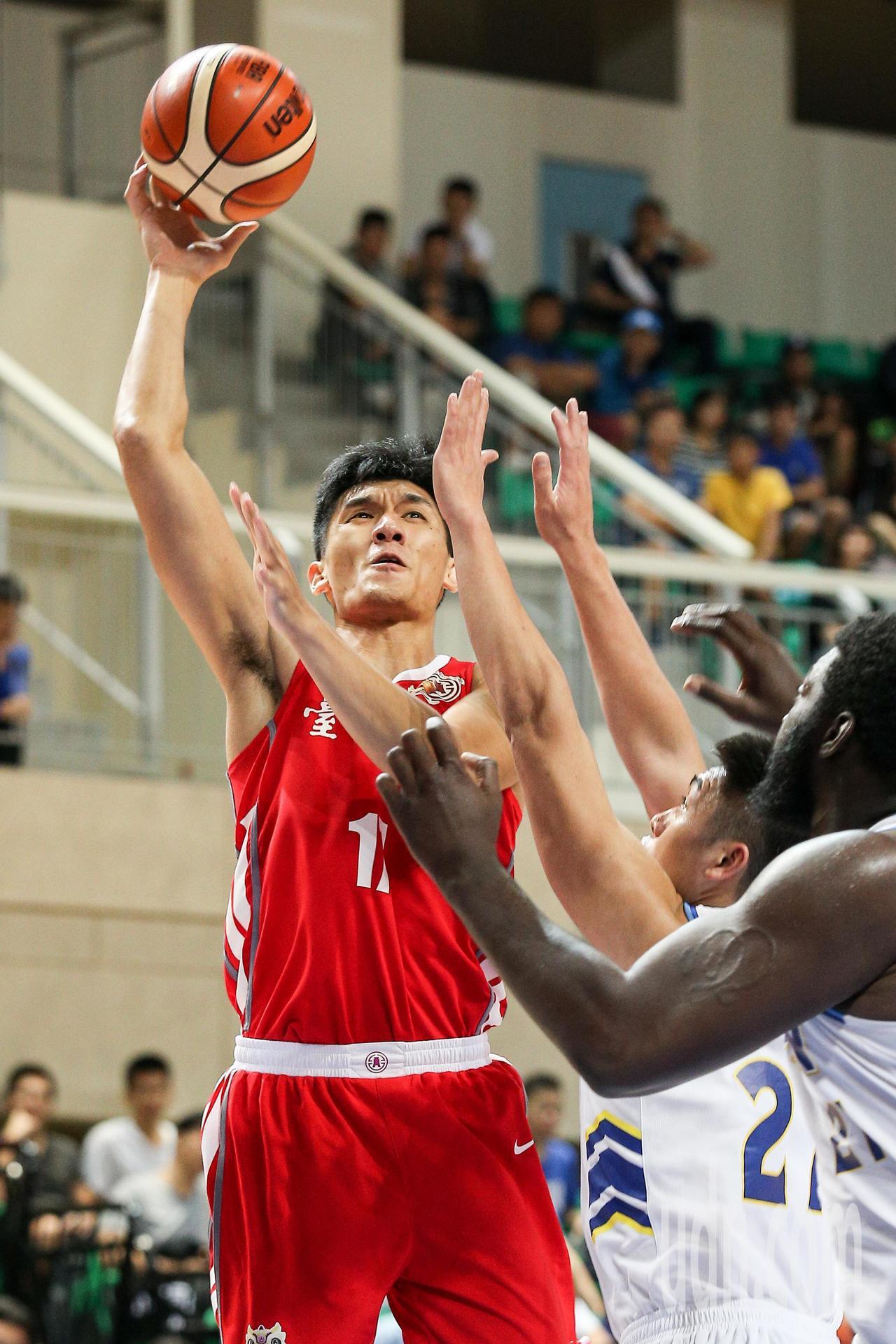 台銀隊謝宗融(左)上籃。記者林伯東/攝影