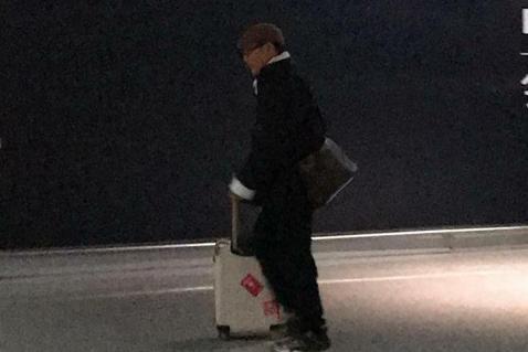 66歲李立群長年在大陸拍戲,被譽為「老戲骨」的他,年產量驚人,南來北往拍戲竟總是獨自前往,不喜歡麻煩別人,一人來去自如,日前李立群就被網友發現現身北京機場,深夜11點多一人推著輕便行李,身邊一個助理...