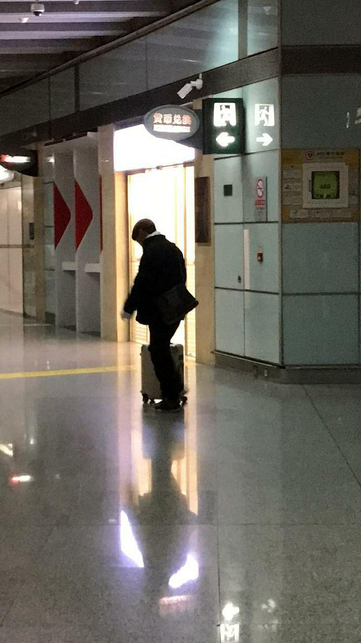 李立群日前獨自現身北京機場。圖/摘自豆瓣網路