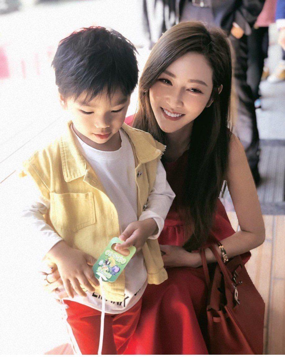曾莞婷出席好友婚禮,逗小花童一起拍照。圖/摘自IG