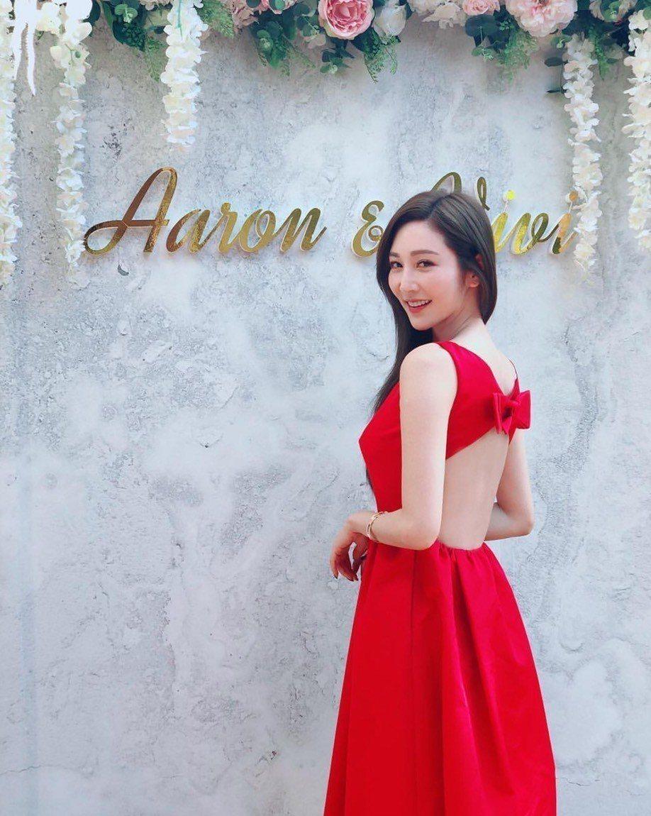 曾莞婷穿大紅禮服出席好友婚禮,背部鏤空露纖腰,當場成為嬌點。圖/摘自IG
