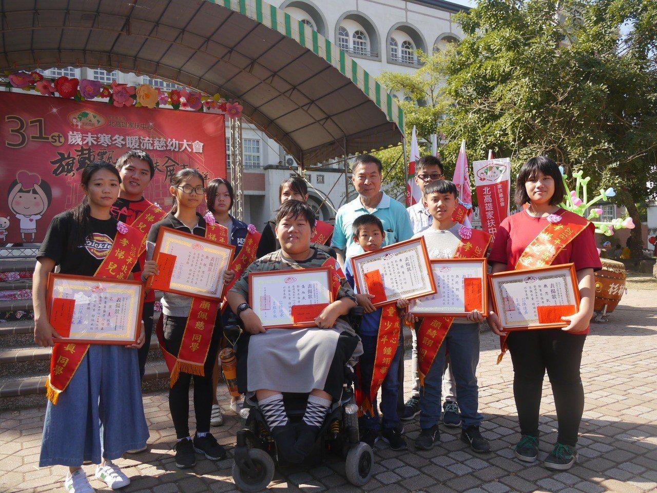 北高雄家扶中心今年表揚十位孝悌兒童與少年。記者徐白櫻/攝影