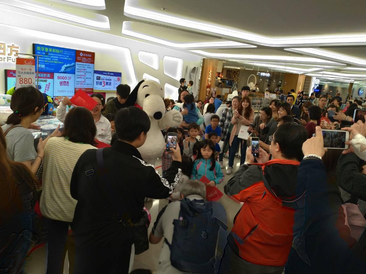 遠東SOGO百貨新竹Big City館周年慶,月2日下午業者請來SNOOPY人偶...