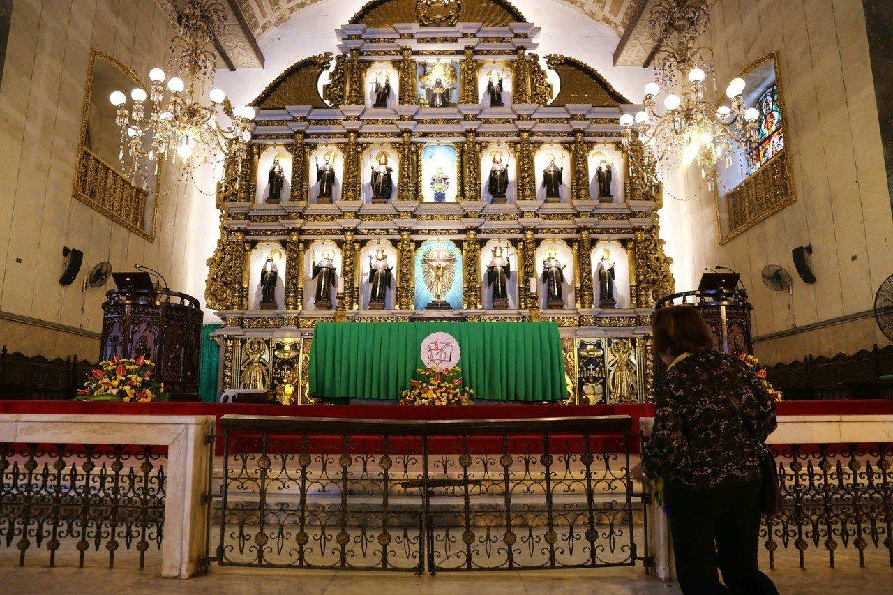 教堂內四處可見向神像祈福的信徒。記者魏妤庭/攝影