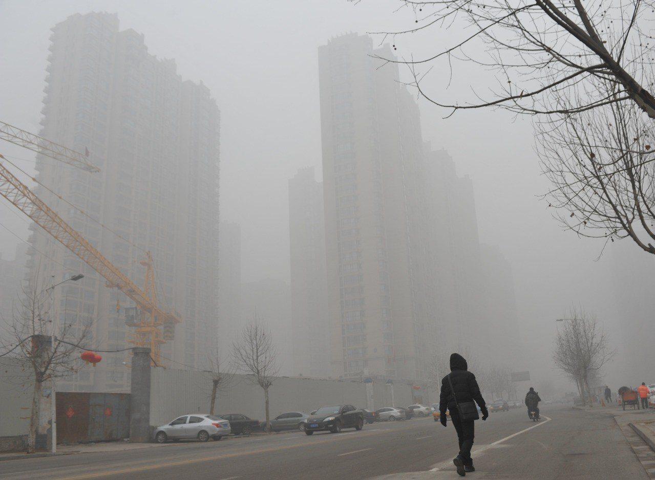 大陸空汙嚴重,水源和化工物的汙染也成為社會關注課題。圖為石家莊霧霾天氣的資料照 ...