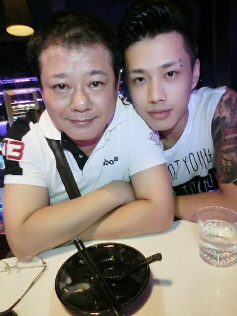 擔任Trash樂團主唱的林志融(右)鮮少談及自己的父親是安迪。圖/摘自臉書