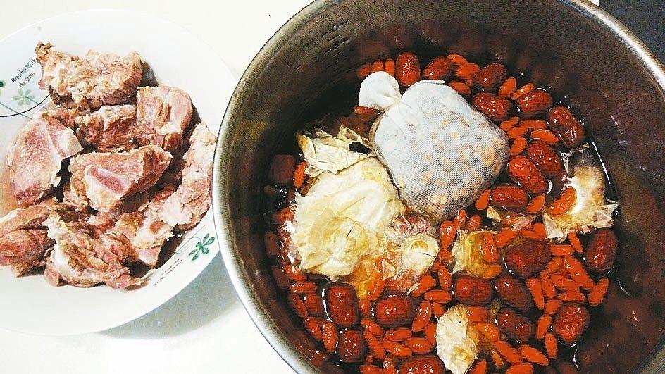 煮鍋「何首烏排骨湯」讓老媽好好補一補。 圖╱許瑞庭提供