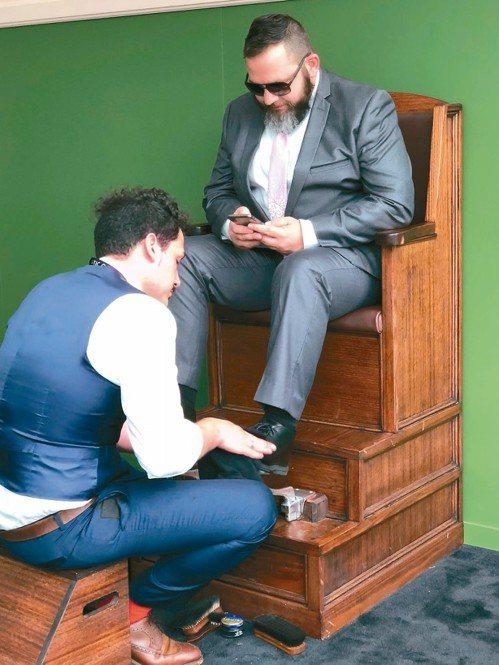 佛萊明頓賽馬場還提供紳士擦鞋服務。 記者錢欽青/攝影
