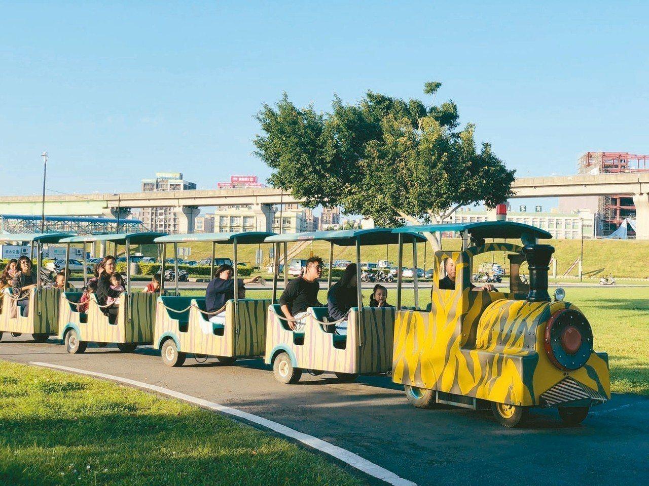 新北市高管處12月起在大台北都會公園,試營運假日行駛的「幸福小火車」,串連園區內...