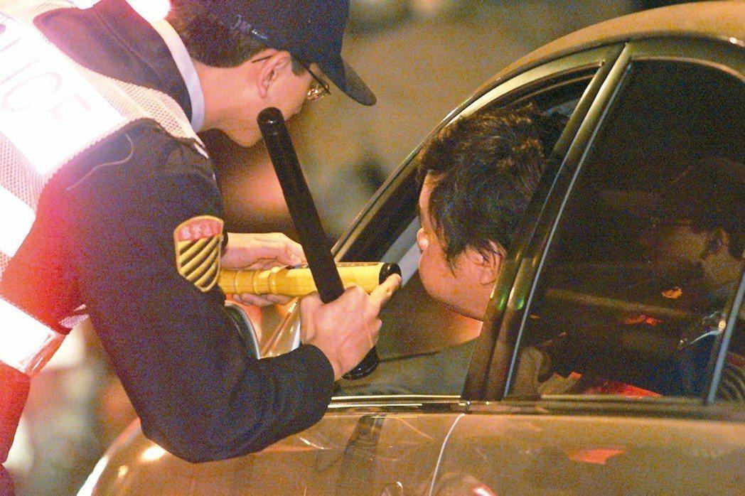 圖為警方執行酒測。 本報資料照片