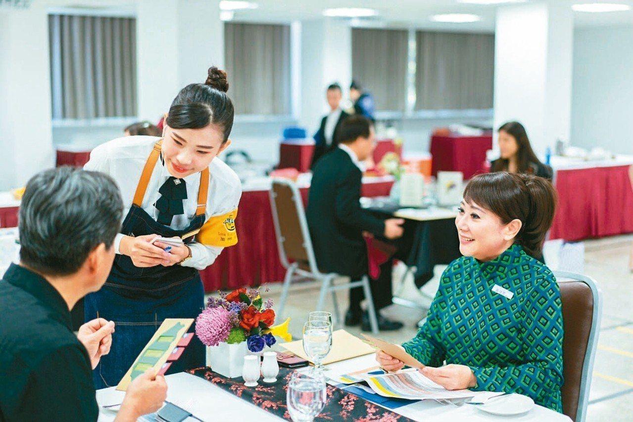 名人坐鎮擔任餐服評審,是遠東餐廚達人賽決賽的亮點。遠東SOGO百貨董事長黃晴雯(...