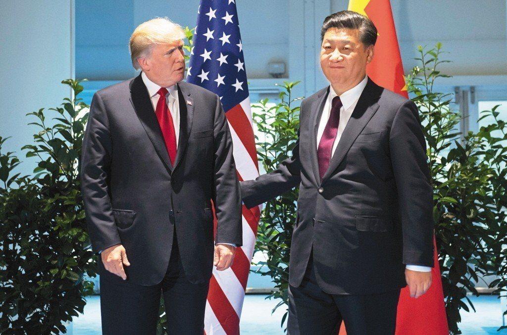 美國總統川普(左)與大陸國家主席習近平(右)去年在G20德國漢堡峰會場邊會晤;日...