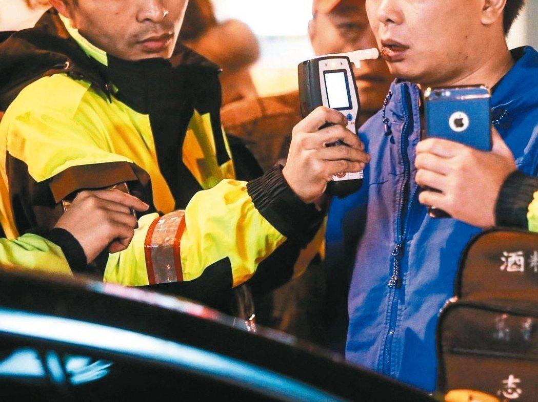 圖為警察進行酒測。圖/聯合報系資料照片