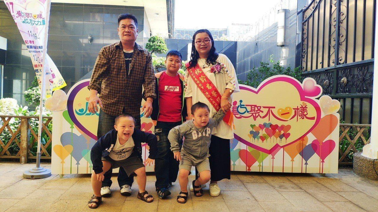 桃園市民廖秋鈴(右)與先生育有3個兒子,不放棄任何希望扶養兩個雙胞胎唐氏症小兒子...