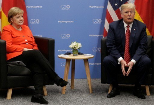 美國總統川普(右)一日在G20阿根廷峰會場邊會見德國總理梅克爾(左)。 (路透)