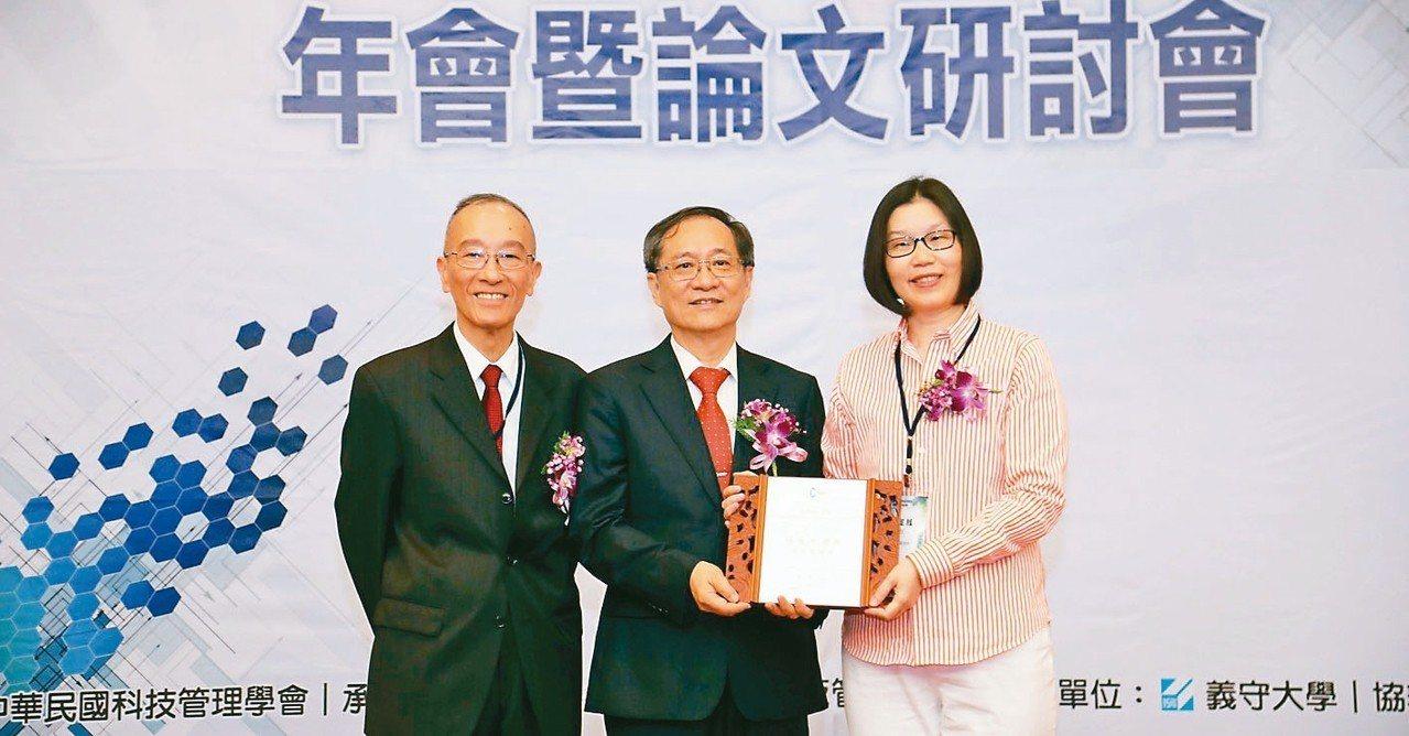 中華民國科技管理學會舉辦「科技管理獎」頒獎典禮,資策會顧問王瑋(左起)、中華民國...