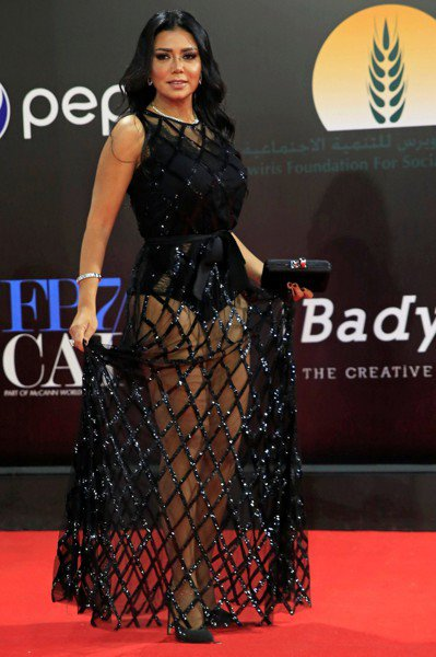 埃及女星身穿透明黑紗裙走紅毯恐吃5年牢飯。 路透社