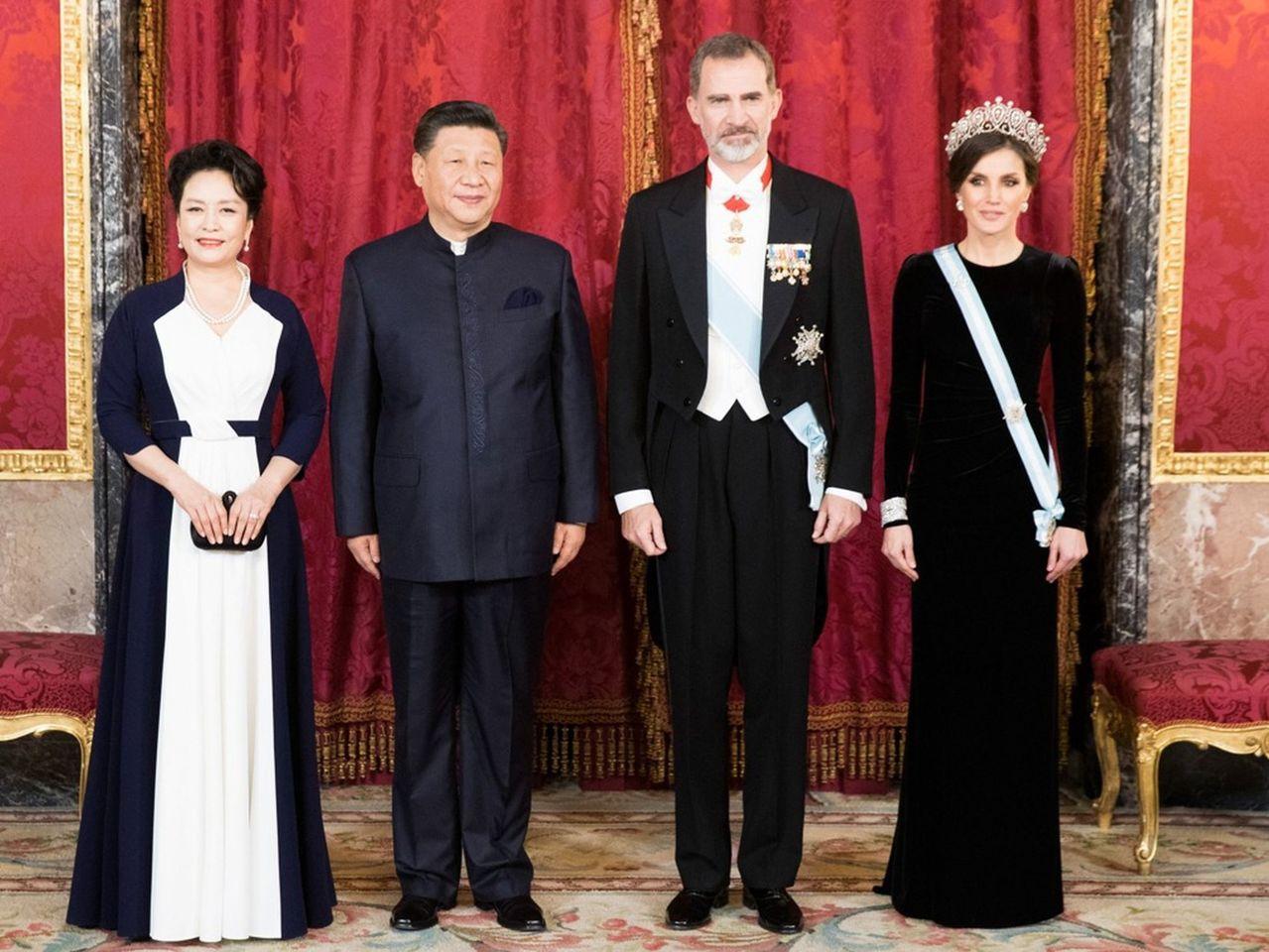 習近平此次所著的中式禮服是由中山裝改良而成,中方外訪統一中式禮服此前並不多見。新...