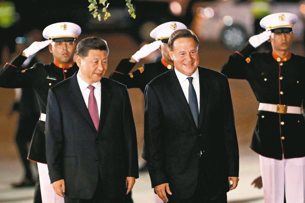 大陸國家主席習近平(左)2日晚間抵達巴拿馬進行國是訪問,巴拿馬總統瓦雷拉在機場迎...