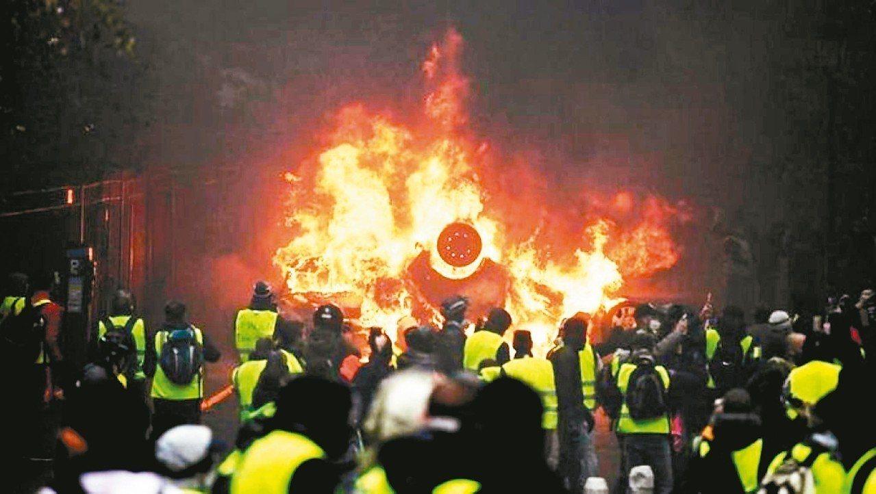 巴黎1日爆發破壞力強大的「黃背心」示威暴動。 美聯社