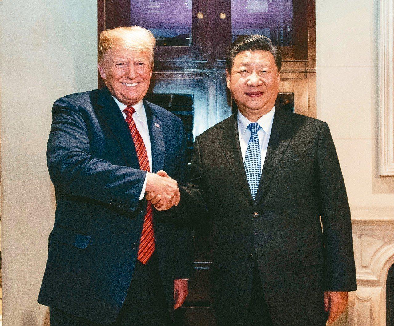 美國總統川普(左)與大陸國家主席習近平1日在阿根廷會談,同意自明年1月1日起暫停...