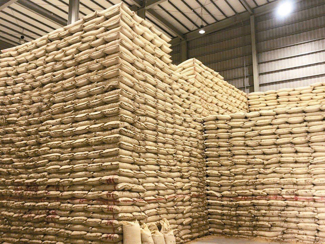 公糧倉儲大爆滿。 圖/農會提供