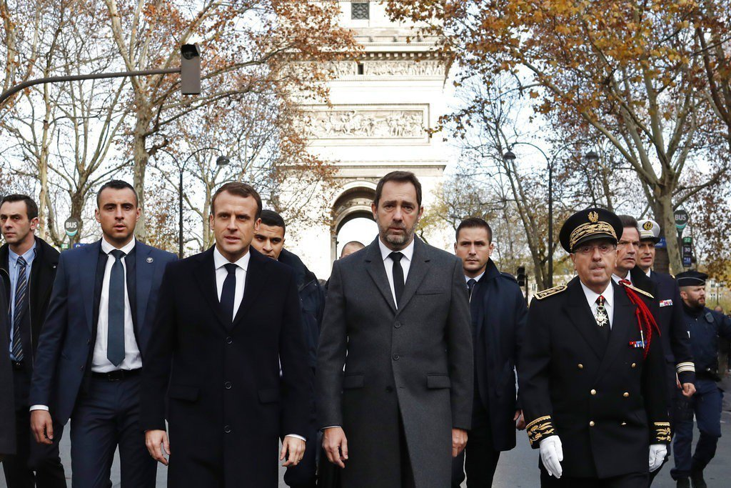 法國總統馬克宏(左三)率政府高官訪查巴黎暴動現場。美聯社